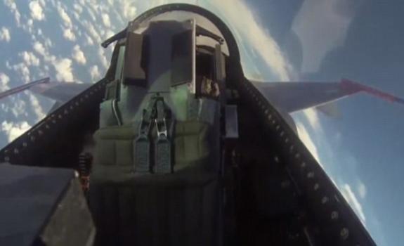 Il QF-16 esegue un attacco al suolo in completa autonomia... senza pilota